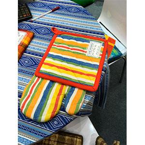 Juego de mandil porta calientes y guante de tela a colores de 72x85/17x32/20x20cm