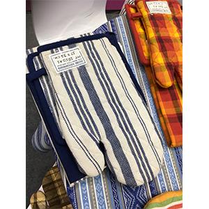 Juego de mandil porta calientes y guante de tela a azul con blanco de 72x85/17x32/20x20cm