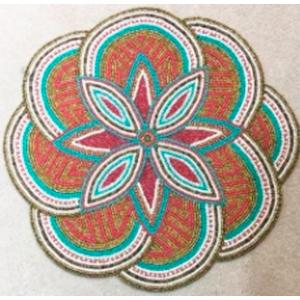 Mantel individual de chaquiras de varios colores diseño flor de 38x38cm
