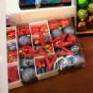 Estuche con 30 esferas y punta para arbol y figuras en plata con rojo