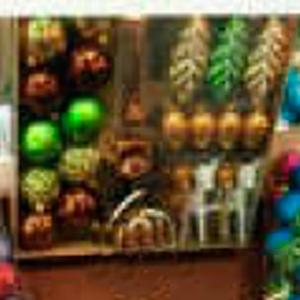 Estuche con 30 esferas y punta para arbol y figuras en café con verde