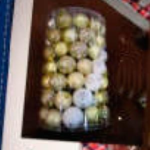 Paquete con 100 esferas en color dorado con blanco de 6x8cm