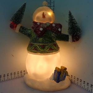 Muñeco de nieve iluminado (usa baterias triple A) de 16x10x21cm