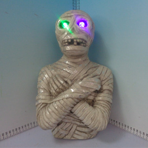 Momia con ojos iluminados (usa baterias doble A) de 24x20x38cm