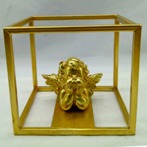 Angel en base cuadrada dorada de 17x11x13cm