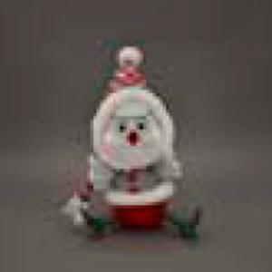 Ave con traje navideño sentada