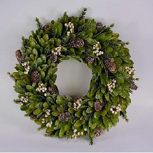 Corona de hojas verdes con piñas escarchadas de 33x33x8cm