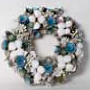 Corona de piñas con flores blancas y azules de 34x34x8cm