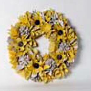 Corona con flores amarillas y piñas blancas de 35x35x8cm