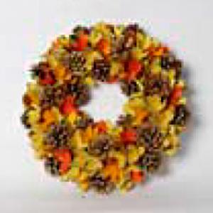 Corona con hojas amarillas y piñas de 33x33x8cm