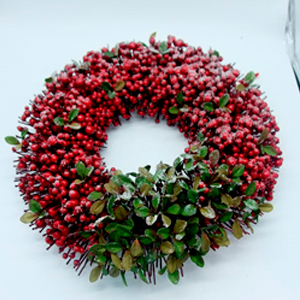 Corona de moras rojas con follaje verde de 45cm