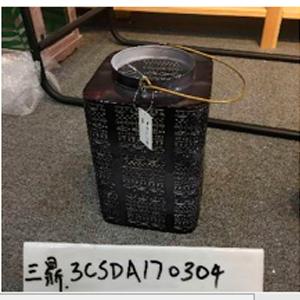 Candelabro cuadrado de metal calado negro de 15x15x24cm