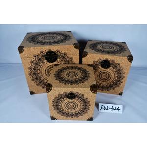 Baul de madera forrado de corcho con estampado circular de 38x38x38cm