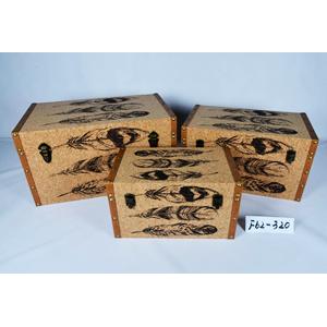 Baul de madera forrado de corcho con estampado de plumas de 55x32x30cm