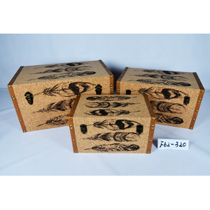 Baul de madera forrado de corcho con estampado de plumas de 65x38x35cm