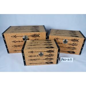 Baul de madera forrado de corcho con estampado de flechas de 65x38x35cm