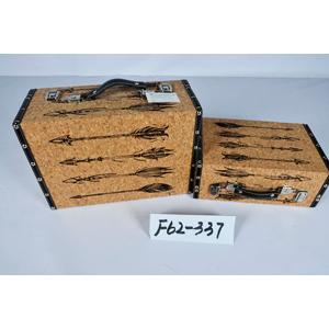 Maletín de madera forrado de corcho con estampado de flechas de 34.5x25x14cm