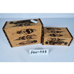 Maletín de madera forrado de corcho con estampado de plumas de 34.5x25x14cm