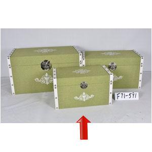 Baúl de madera forrado de tela verde con estoperoles de 42x26x25cm