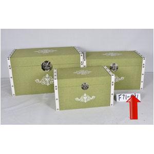 Baúl de madera forrado de tela verde con estoperoles de 55x32x30cm