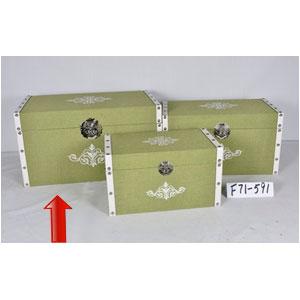 Baúl de madera forrado de tela verde con estoperoles de 65x38x35cm
