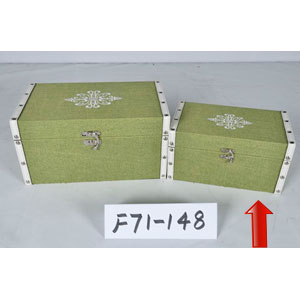Caja de madera forrado de tela verde con estoperoles de 24x14x12cm