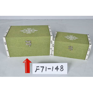 Caja de madera forrado de tela verde con estoperoles de 30x18x15cm