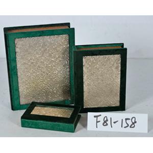 Caja porta libros forrada de terciopelo verde con diseño de 30x24x8cm