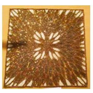 Bajo plato bordado de shakira cuadrado dorado con beige diseño hojas de 35cm