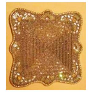 Bajo plato bordado de shakira cuadrado dorado con incrustaciones de piedras de  35cm