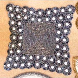 Mantel individual cuadrado gris con blanco de chaquiras de 35x35cm