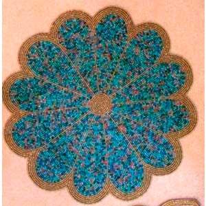 Mantel individual diseño flor azul con dorado de chaquiras de 35cm
