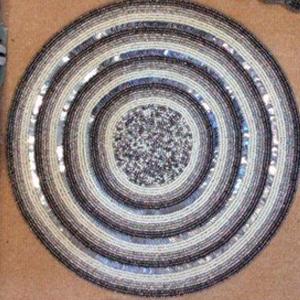 Mantel individual diseño círculos blancos y plata de chaquiras de 35cm