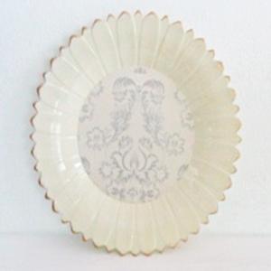 Charola redonda gris diseño Margarita con estampado de flores de 39x3cm