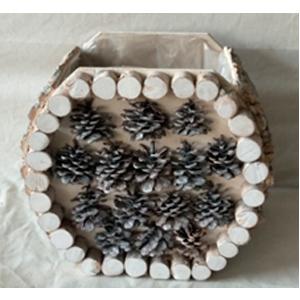 Florero redondo de madera blanca con piñas de 12x12x14cm