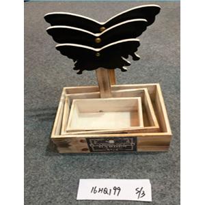 Maceta rectangular de madera con pizarrón diseño mariposa de 18x12x26cm