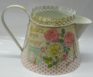 Maceta diseño regadera beige con estampado de rosas de 19x16x26cm