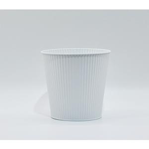 Maceta de lámina diseño cubeta con rallas verticales color blanca de  14x11x13cm