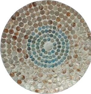 Plato de presentacion de madera con incrustaciones de conchas beige y azul de 38x3cm