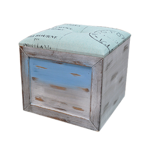 Baul de madera con cubierta de tela azul diseño sello postal de 34x32x32cm