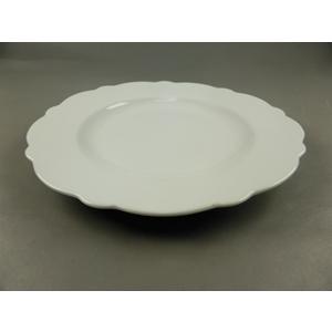 Plato de porcelana blanca c/orilla ondulada de 23.5x23.5x2.2cm