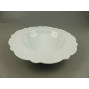 Plato sopero de porcelana blanca c/orilla ondulada de 23.5x23.5x4.3cm