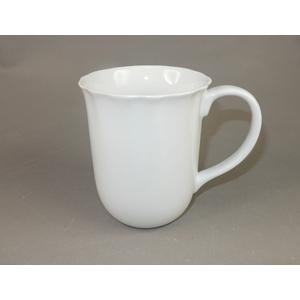 Taza de porcelana blanca c/orilla ondulada de 13x9.5x10.1cm