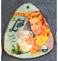 Porta calientes triangular diseño Mujer con jarra de leche de 20x20cm