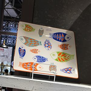 Plato cuadrado de porcelana blanca con diseño de peces de 34cm