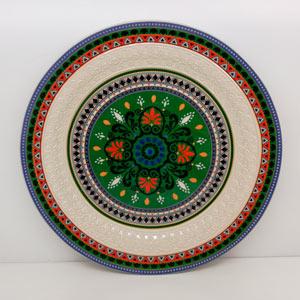 Platon redondo de porcelana con diseño grecas en color verde con rojo y azul de 34cm
