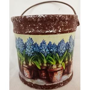 Maceta de cerámica diseño cubeta c/asa estampado de flores moradas de 15.8x15.8cm