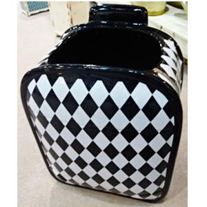 Maceta de cerámica diseño maleta c/rombos blancos y negros de 20.5x16x27cm