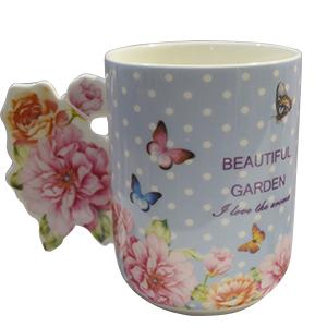 Taza azul con estampado de flores y mariposas con asa diseño rosas