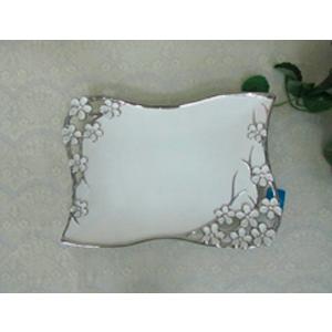 Plato de porcelana blanco con filo plateado y flores en las orillas de 40cm